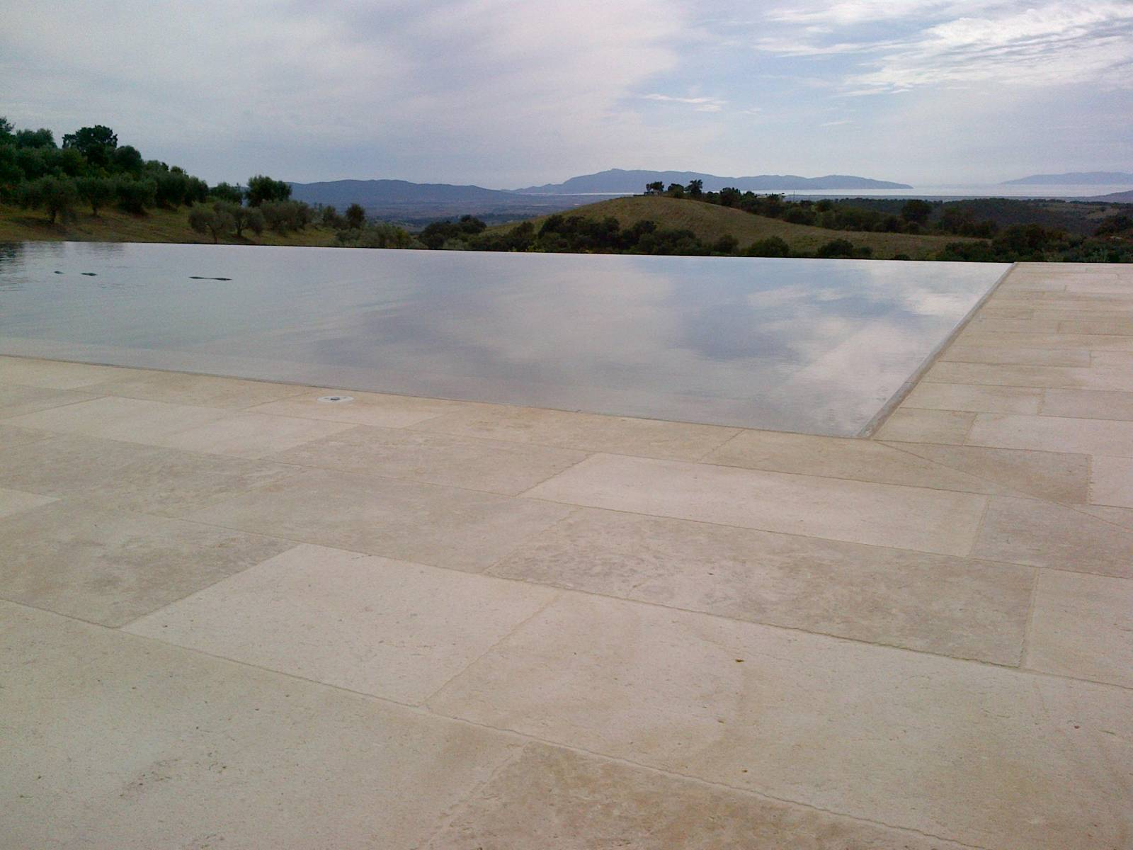 pierre naturelle pour piscine dbordement montpellier