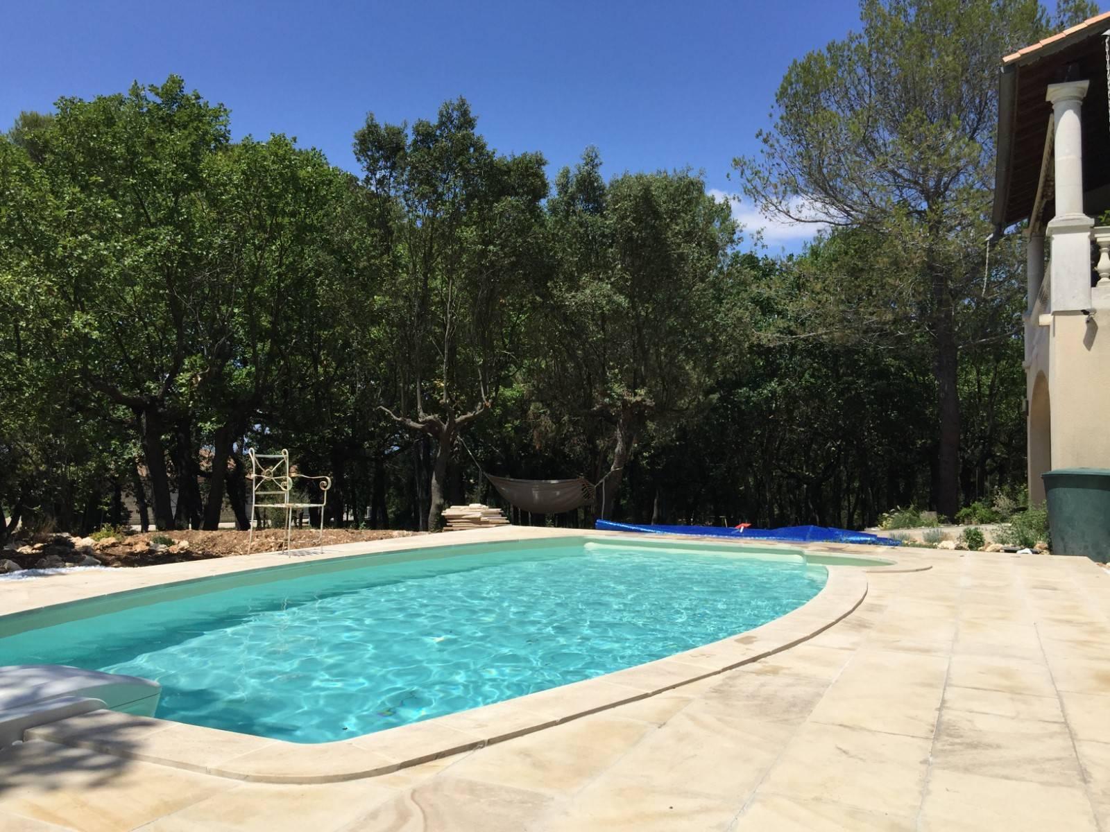 Margelle de piscine en pierre naturelle entre montpellier et orange taille - Taille standard piscine ...