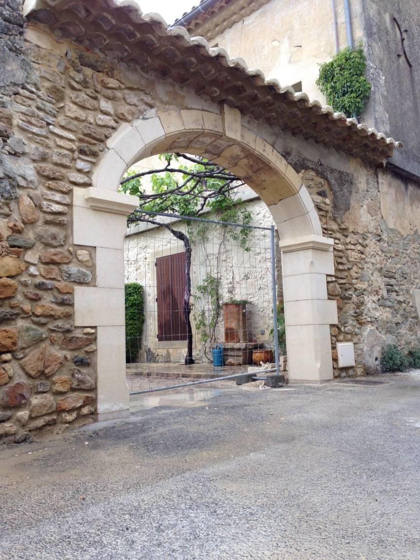 Pilier et encadrement en pierre naturelle proche uz s gard for Encadrement fenetre exterieur
