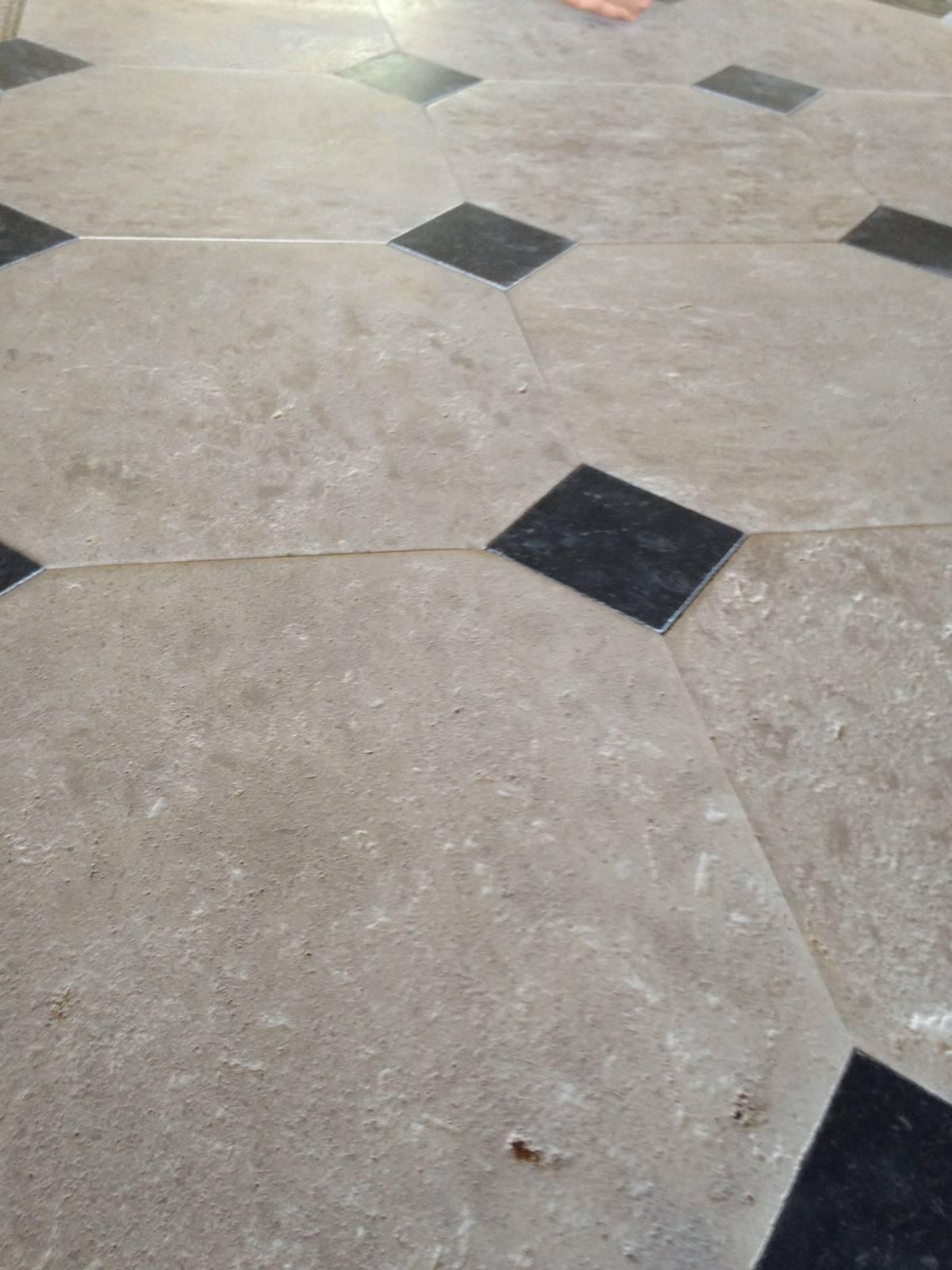 Dallage en pierre avec cabochon entre montpellier et aix for Carrelage cabochon noir et blanc