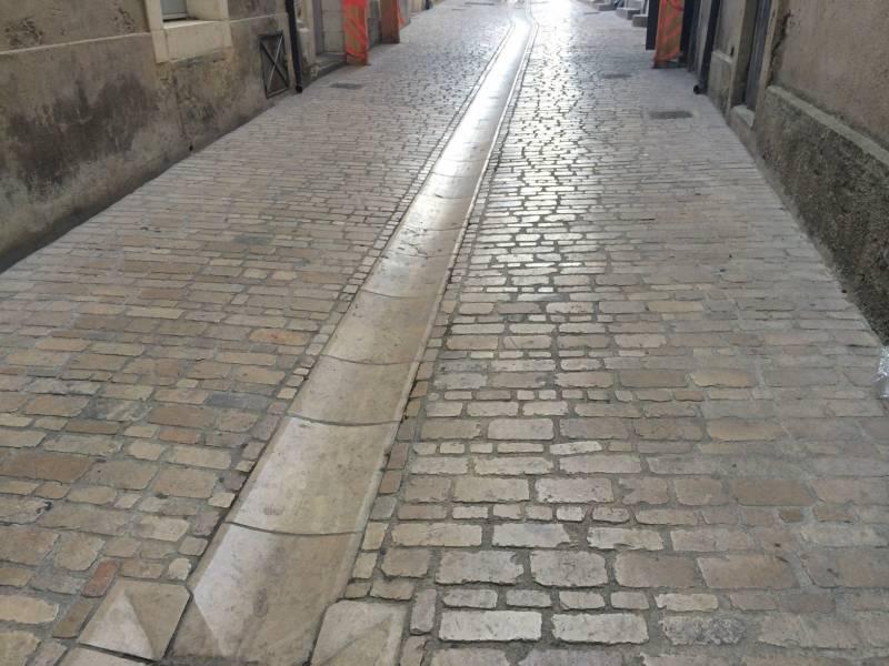 Pavé Uzès, carrossable voirie pour les plus beaux villages de France -  Taille et vente de pierres naturelles près de Montpellier - FRANCEPIERRE